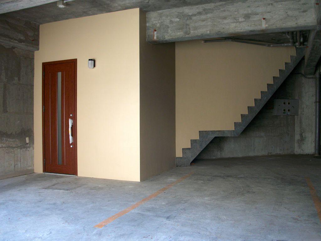 玄関扉と階段の全景