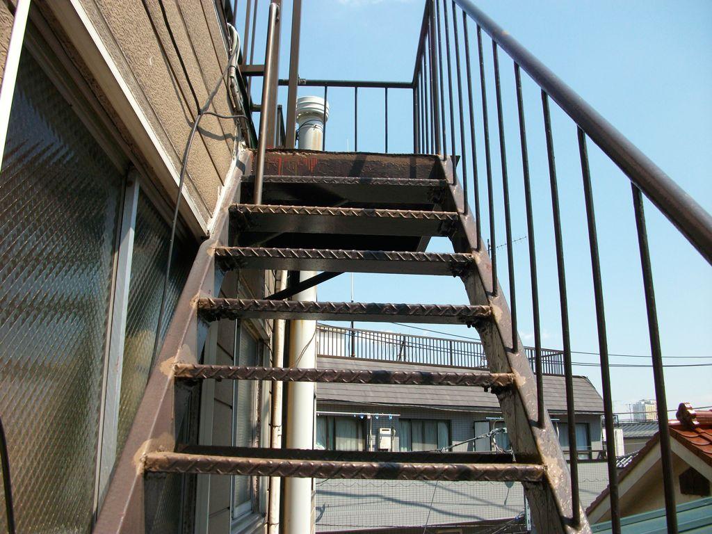 ぐらぐらしている鉄骨階段