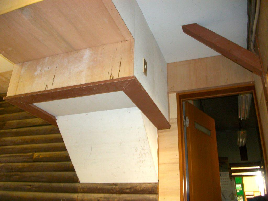 ②壁天井階段下地の補修と合板・ボード張り等