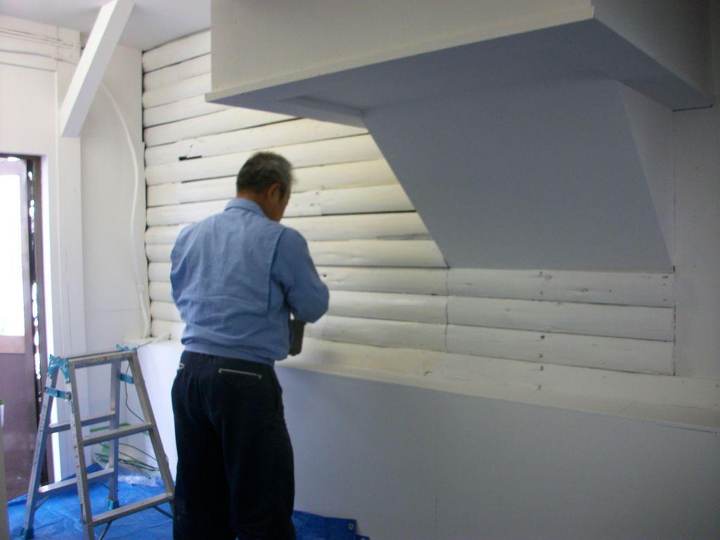 ③ホワイトカラーに依る丸太の塗装