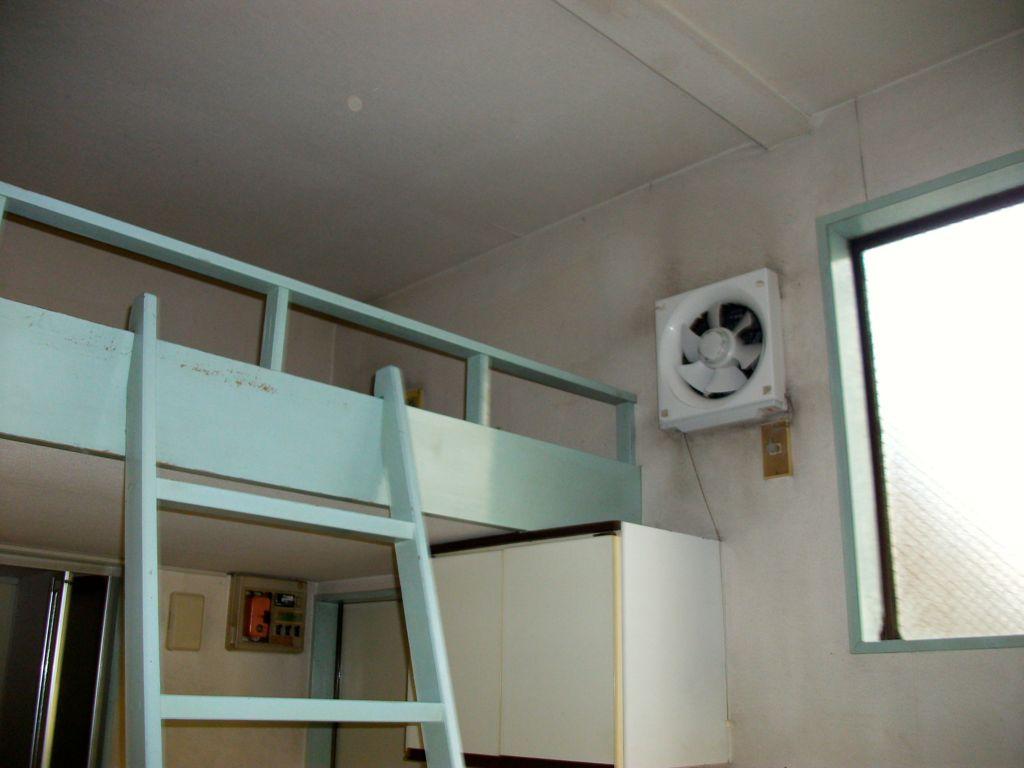 工事前/換気扇が天井近くに