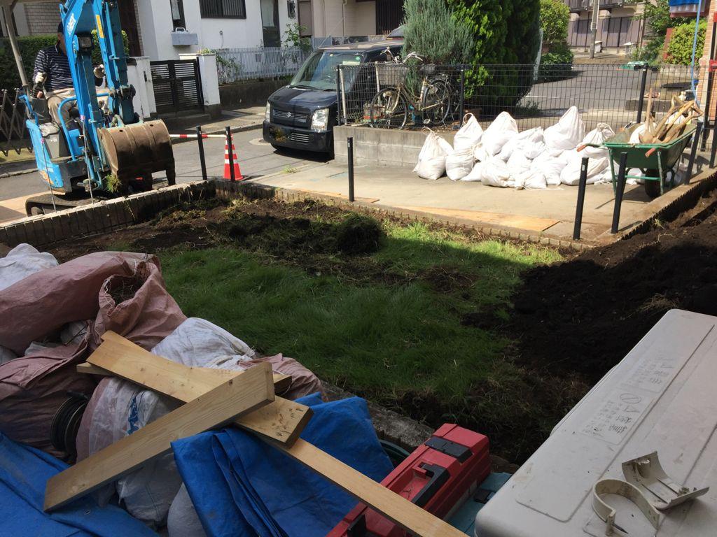 工事中①工事中の写真です。既存の門扉、表札、ポスト、ドアホン等取り外し後、化粧ブロックを取り壊してから芝生の根切り工事開始です