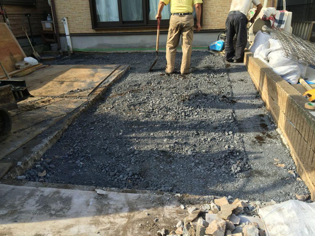 工事中②根切鋤取り土工事が完了し事業転圧工事です。砕石を厚さ5cm以上敷き詰め転圧を始めたところです