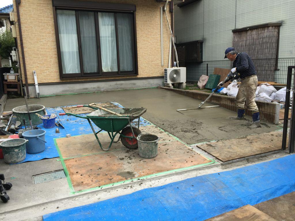 工事中③鉄筋を敷き詰め、コンクリート打設し均し始めたところです