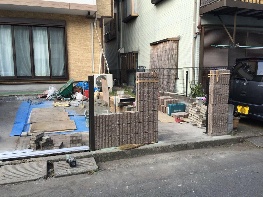工事中④コンクリート打設後新しく化粧ブロック積みと伸縮門扉の取付け中