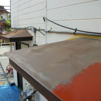 ①ケレン~下処理・錆落とし等作業中 手前がケレン作業済み、錆止め塗料ぬりはじめ 奥がケレン作業中