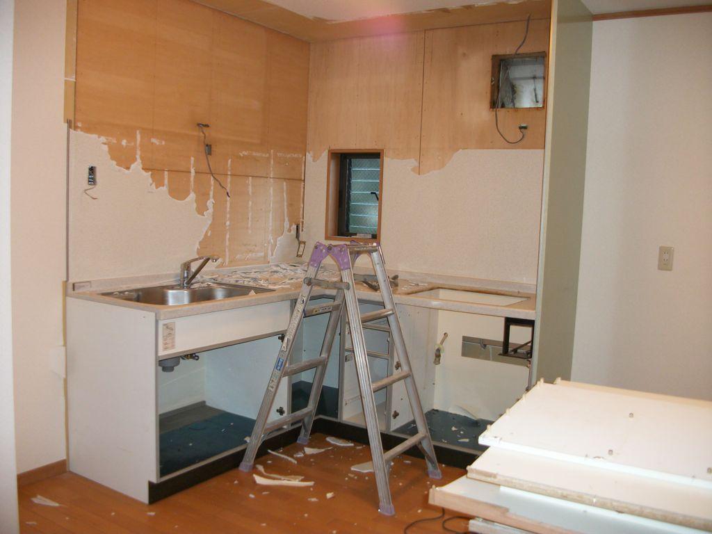 工事前2:2FLDKのシステムキッチン解体工事中