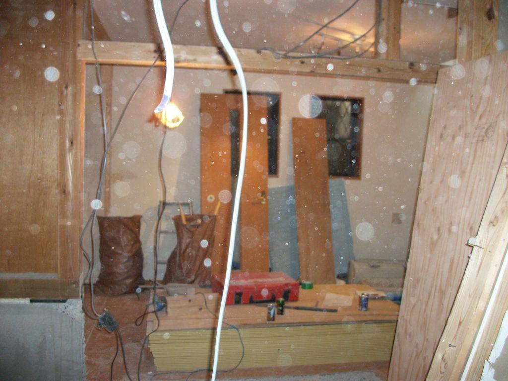 工事中2:1F2部屋の間仕切り解体と補強工事へ(洋室方向写し)
